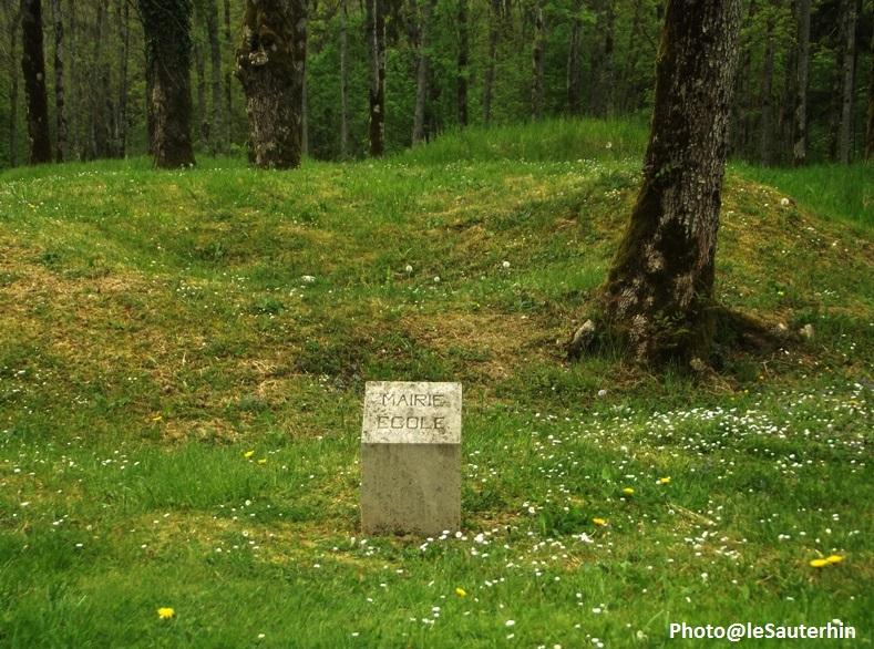Borne indiquant l'emplacement de la Mairie-Ecole du village détruit de Douaumont