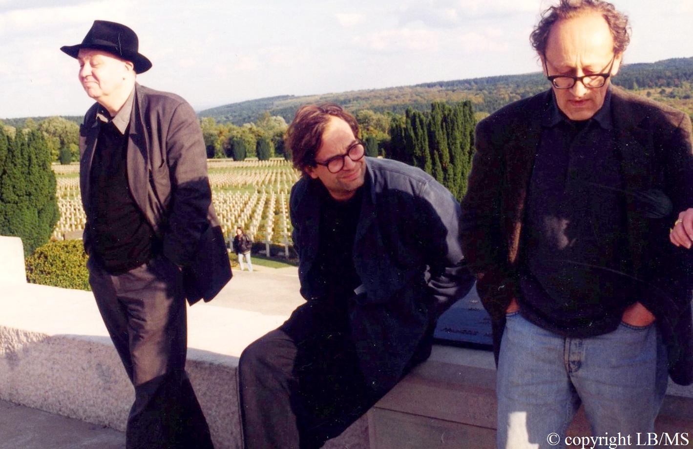 Heiner Müller ( à droite) avec Mark Lammert au centre et Hans Joachim Schlieker devant l'Ossuaire de Douaumont.