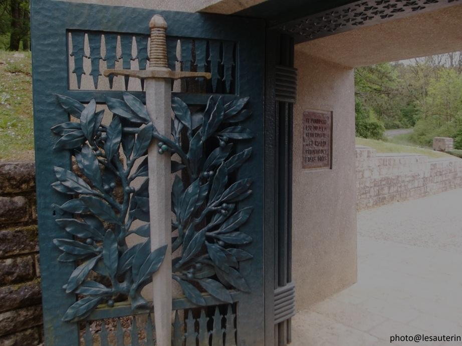 Portail du monument de la Tranchée des baïonnettes