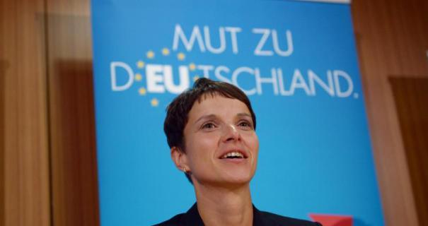 Sur cette p hoto on voit derrière la dirigeante de l'AFD de Saxe, Frauke Petry que l'Europe est dans l'Allemagne et non pas l'Allemagne dans l'Europe