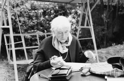 Anna Seghers corrigeant les épreuves à Altenhof  Source de l'image : http://www.anna-seghers.de/biographie_berlinlast.php