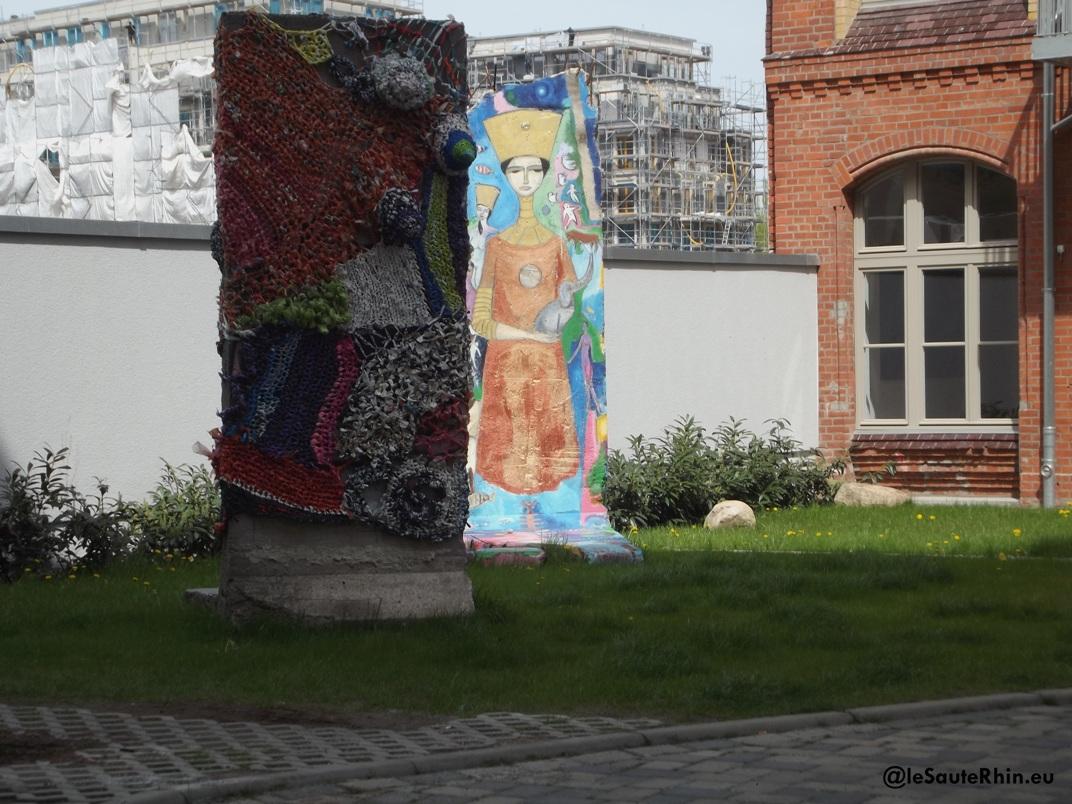Berlin Chaussestrasse. Des pans de murs tricotés ou peints servent de décoration dans les cours d'immaubles