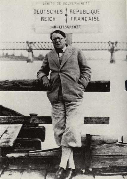 René Schickele sur le pont du Rhin vers 1930